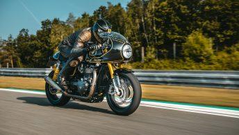 Kasklı Motosikletçi